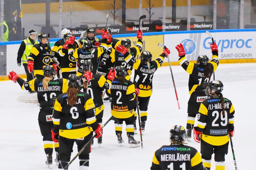 Kärppien naisten joukkue tuulettaa voittoa