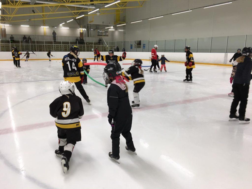 Tyttöjä leikkimässä hippaa jäällä