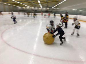 Tytöt pelaavat jumppapallolla jäällä