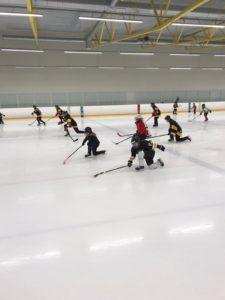 Tytöt luistevat jäällä jääkiekkoharjoituksissa